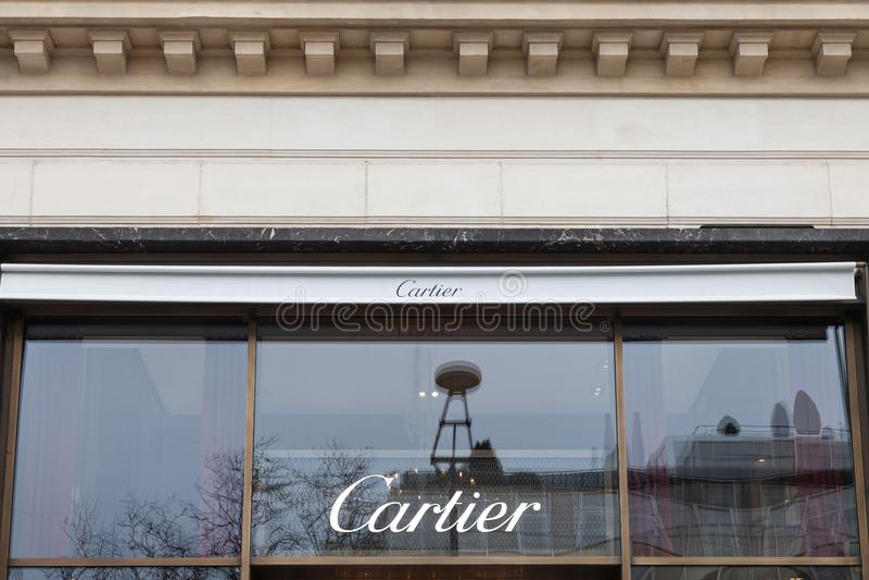 Cartier logo na ich głównym sklepie na czempionu Elysee alei Cartier jest francuza luksusowym towarowym zlepionym firmą zdjęcia stock