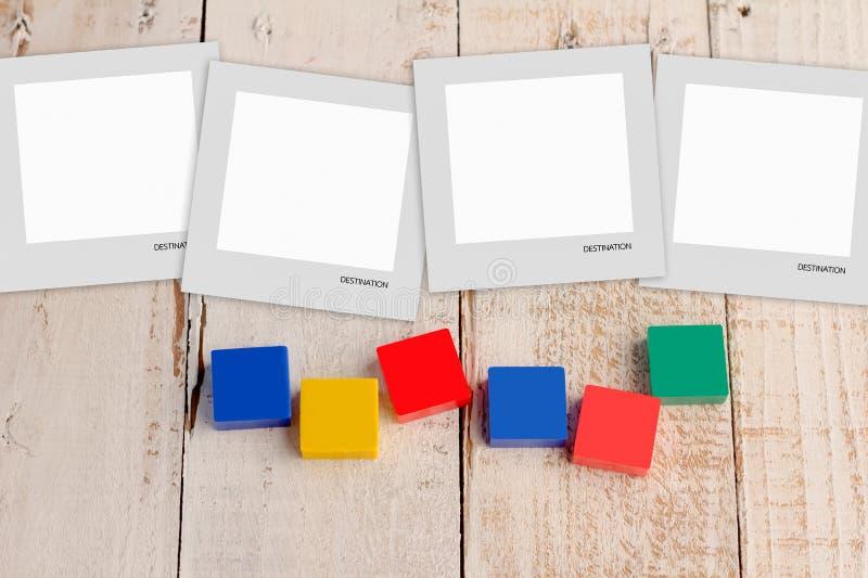 Cartolina in bianco con i blocchi di plastica variopinti fotografia stock