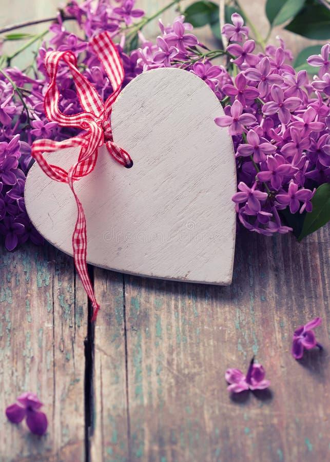 Download Cartolina Con Cuore Decorativo Ed I Fiori Lilla Fotografia Stock - Immagine di mazzo, madre: 55357336