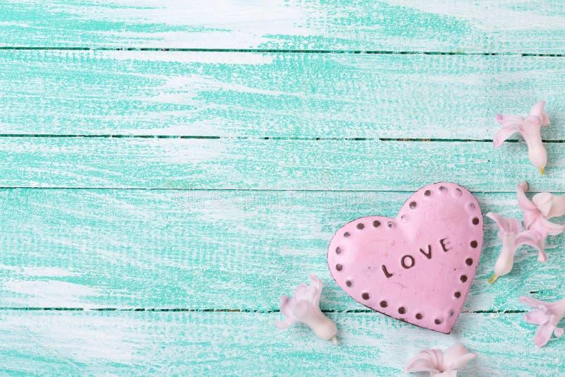 Cartolina con i giacinti dei fiori freschi ed il cuore decorativo immagini stock