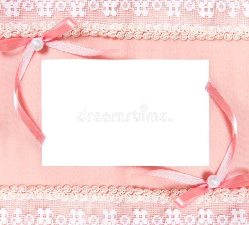Cartolina con il foglio di carta in bianco e due archi fotografia stock libera da diritti