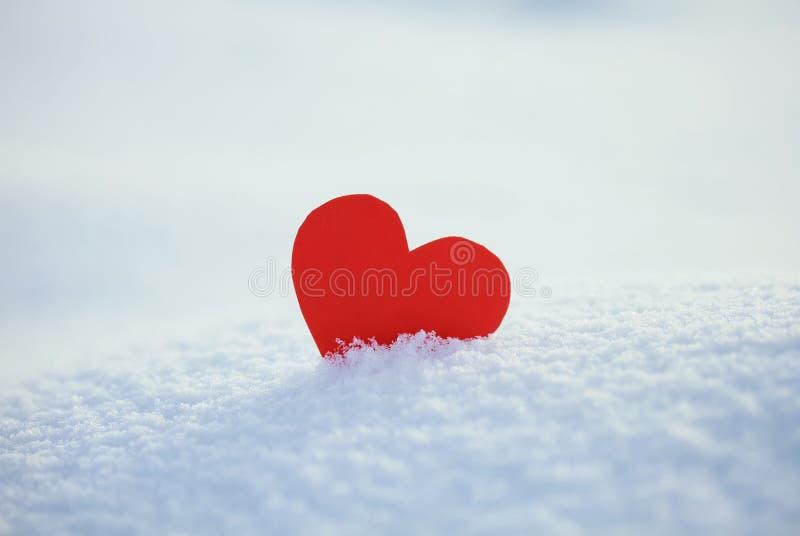Cartolina d'auguri con cuore solo sulla neve blu di abbagliamento fotografia stock libera da diritti