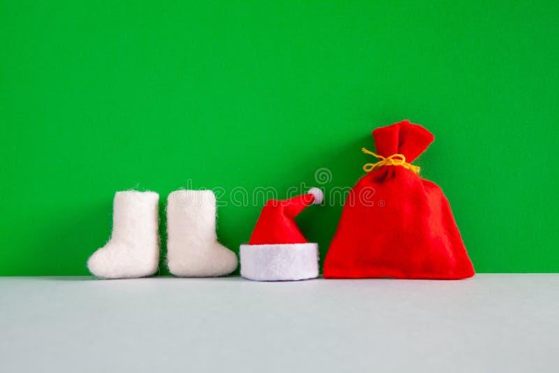 Cartolina d'auguri del buon anno del partito di Santa Claus Christmas Manifesto di festa con il cappello degli stivali di Santa e fotografia stock