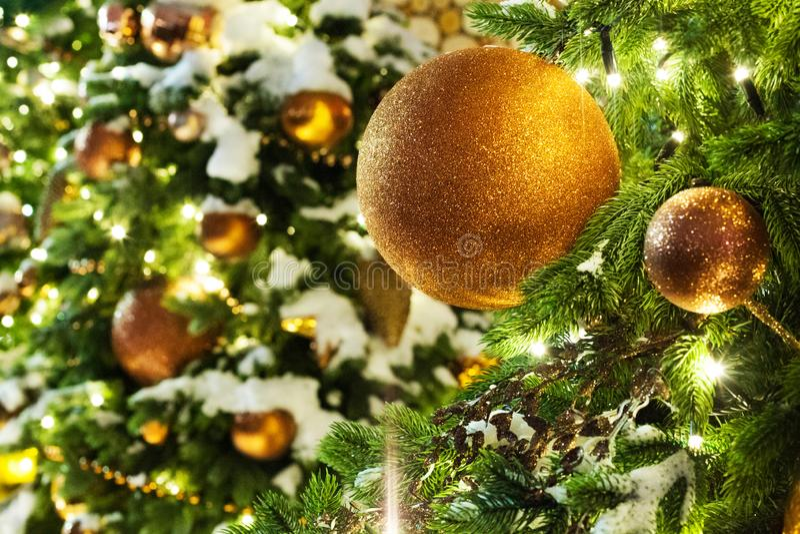 Cartolina d'auguri del nuovo anno o di Natale, palle di vetro delle decorazioni dorate di natale sui rami verdi del pino, neve bi fotografie stock libere da diritti