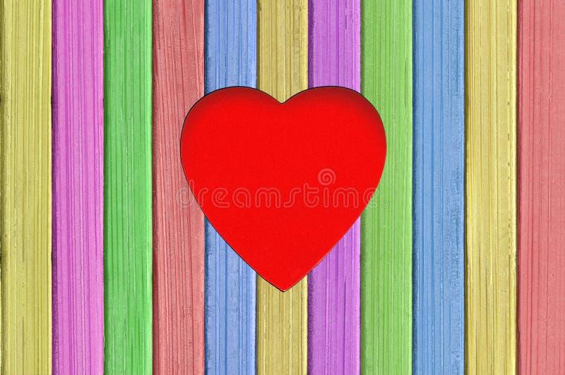 Cartolina d'auguri del ` s del biglietto di S. Valentino con cuore sul fondo del bordo di legno immagini stock