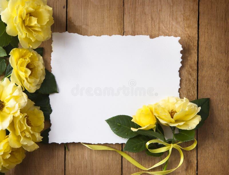 Cartolina d'auguri dell'annata con le rose gialle immagine stock libera da diritti