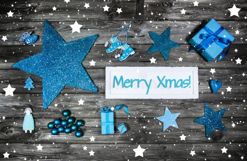 Cartolina d'auguri di Buon Natale in blu ed in bianco con un si di legno fotografia stock
