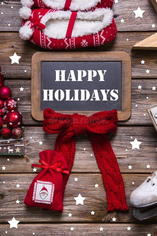 Cartolina d'auguri di Buon Natale in rosso, bianco e legno - annata s fotografia stock libera da diritti
