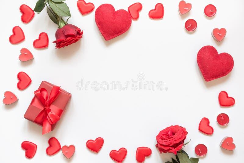 Cartolina d'auguri di giorno del `s del biglietto di S Composizione con il regalo, rose, cuori rossi su bianco Vista superiore Co immagini stock libere da diritti