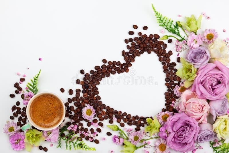 Cartolina d'auguri di giorno di S. Valentino con i fiori e la tazza di caffè fotografie stock