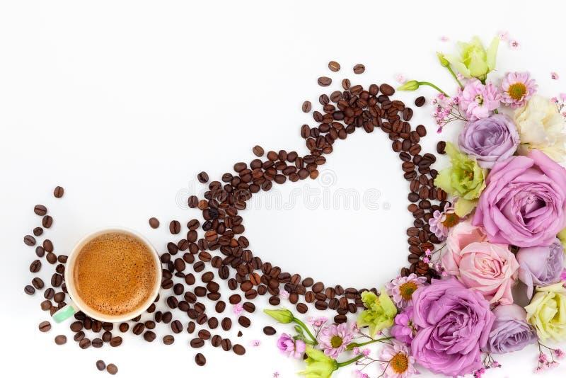 Cartolina d'auguri di giorno di S. Valentino con i fiori e la tazza di caffè immagini stock