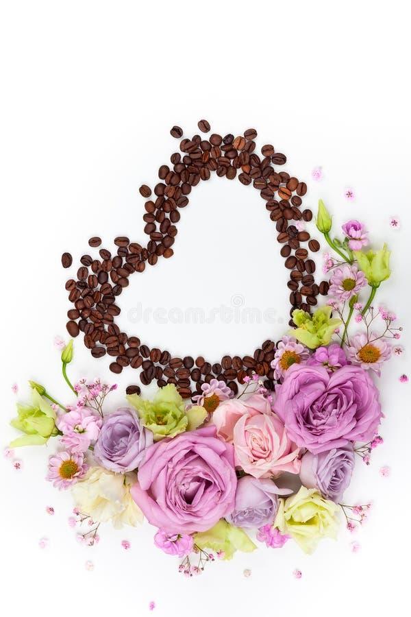 Cartolina d'auguri di giorno di S. Valentino con i fiori ed i chicchi di caffè immagini stock libere da diritti