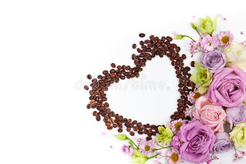 Cartolina d'auguri di giorno di S. Valentino con i fiori ed i chicchi di caffè immagine stock