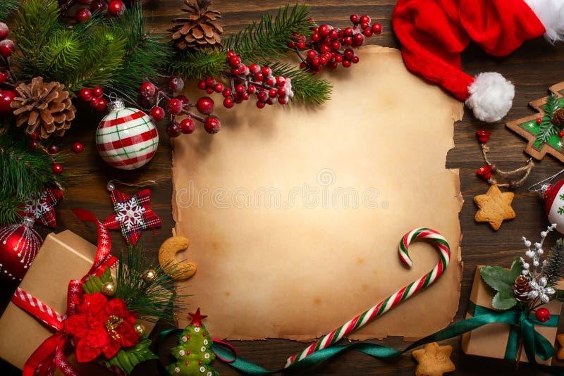 Cartolina d'auguri di Natale con carta d'annata per la lettera Santa Clau fotografie stock libere da diritti