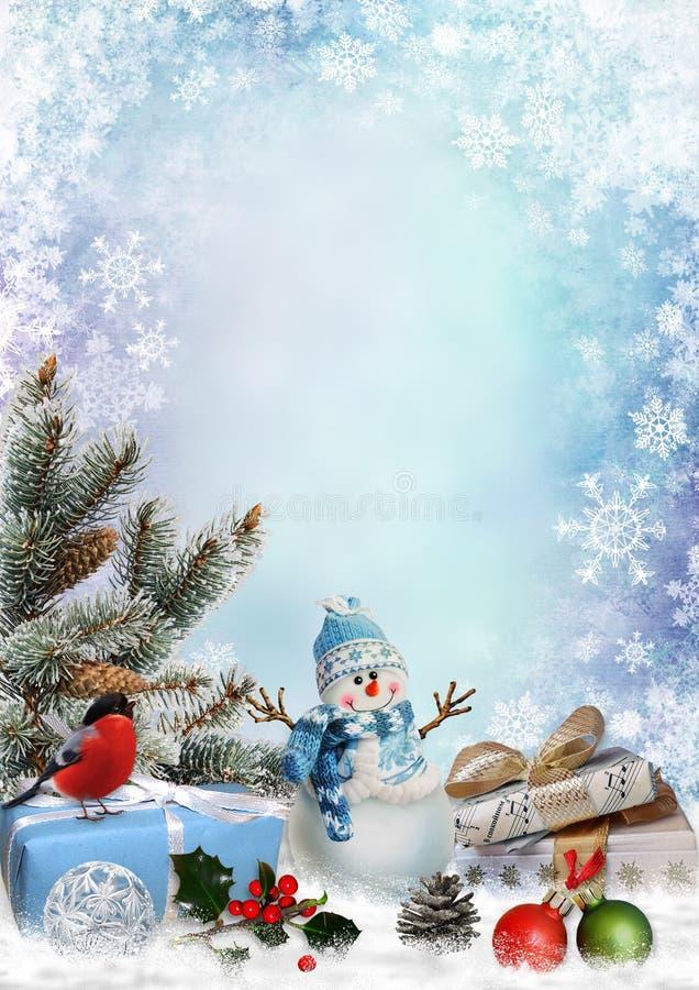 Cartolina d'auguri di Natale con i regali, il pupazzo di neve, i rami del pino e le decorazioni di natale con spazio per testo royalty illustrazione gratis