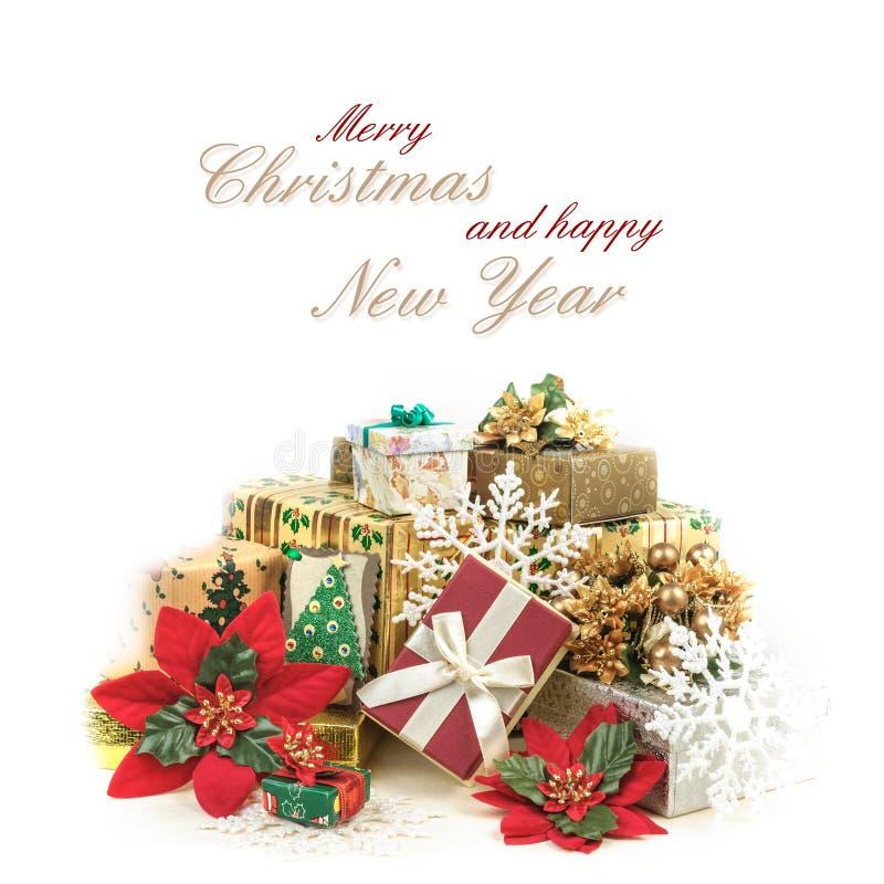 Cartolina d'auguri di Natale con il mucchio dei regali nello spostamento variopinto fotografia stock libera da diritti