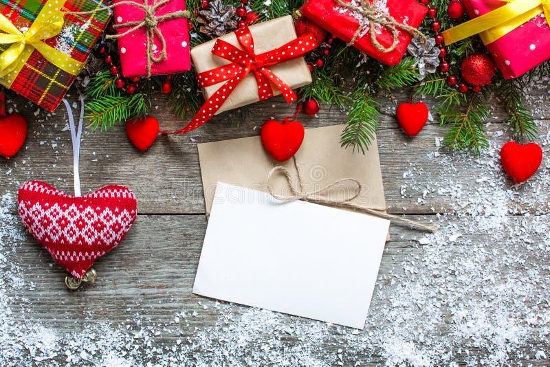 Cartolina d'auguri di Natale con l'albero di abete, decorazioni, contenitori di regalo a immagini stock libere da diritti