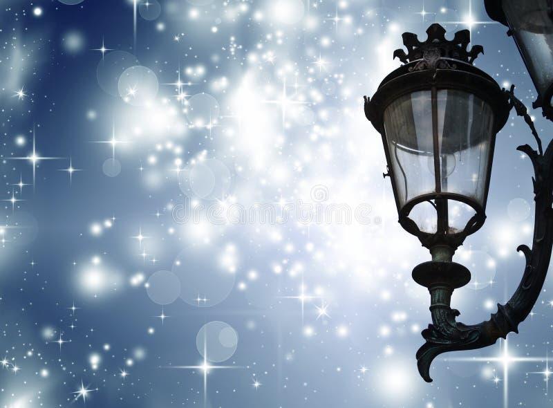 Cartolina d'auguri di Natale - notte bianca con le stelle e la lampada di via fotografia stock libera da diritti