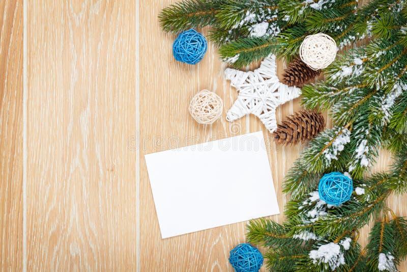 Cartolina d'auguri di Natale o struttura della foto sopra la tavola di legno con Sn fotografie stock