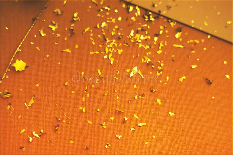 Cartolina d'auguri di Pasqua Carta di pasqua con i coriandoli dorati su superficie Carta da parati alla moda festiva Tema lussuos illustrazione di stock