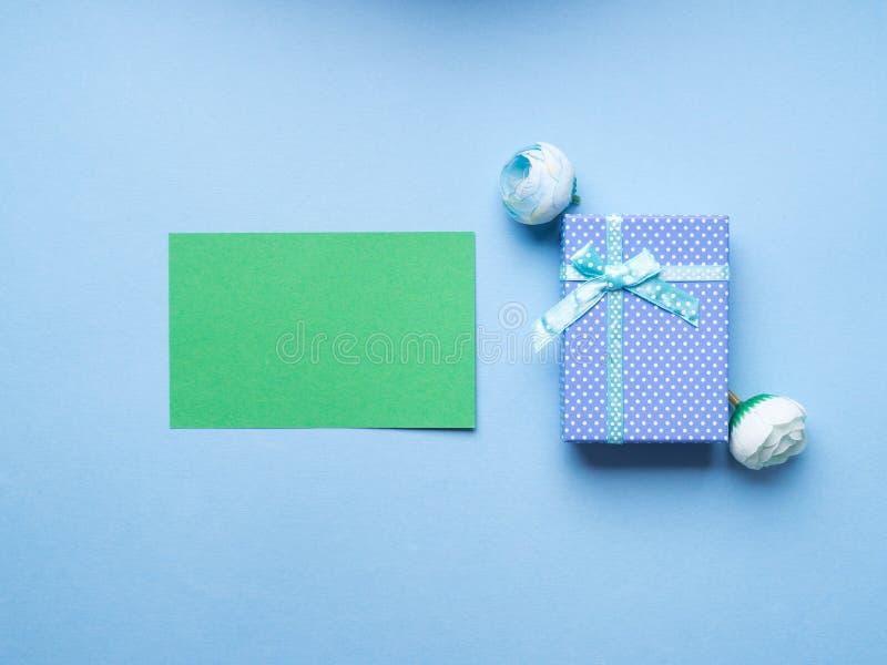 Cartolina d'auguri e contenitore di regalo verdi fotografia stock libera da diritti