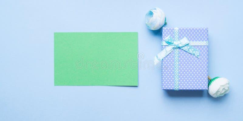 Cartolina d'auguri e contenitore di regalo verdi fotografie stock