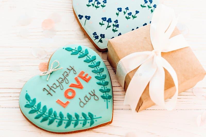 Cartolina d'auguri felice di giorno del `s del biglietto di S testo felice di giorno di amore sul cuoco fotografie stock