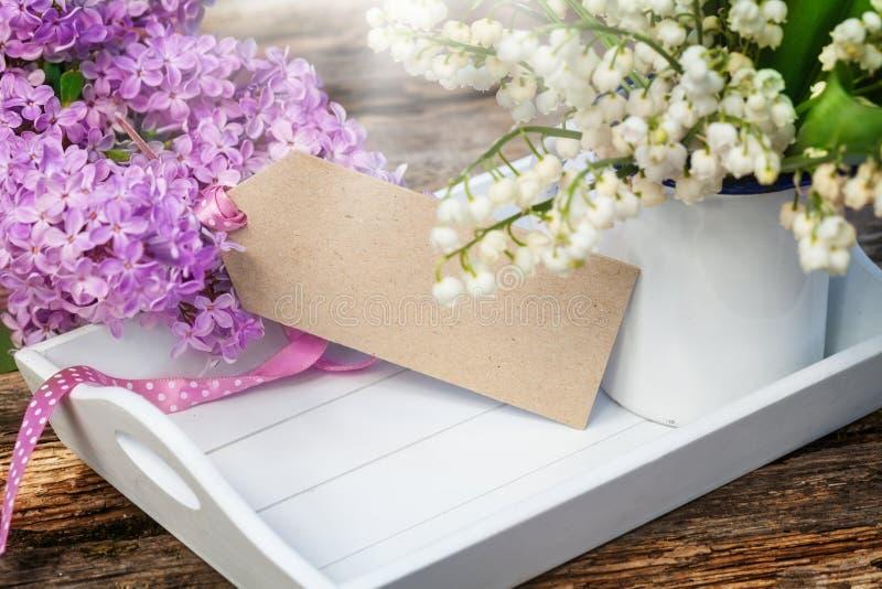 Cartolina d'auguri, lillà e mughetto immagini stock