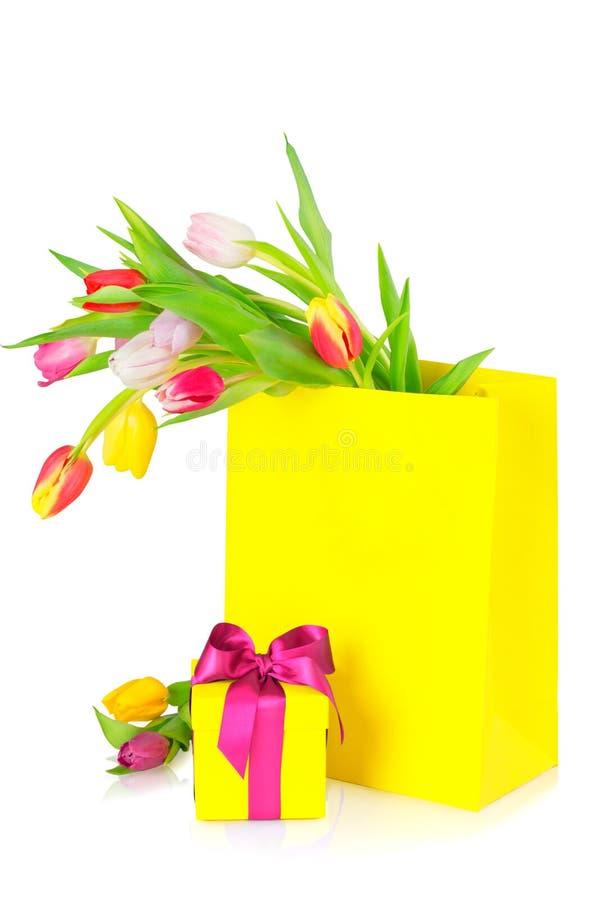 Cartolina d'auguri, mazzo dei tulipani e contenitore di regalo fotografie stock libere da diritti