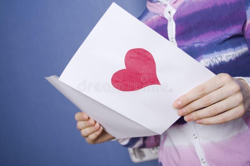 Cartolina d'auguri nelle mani immagine stock