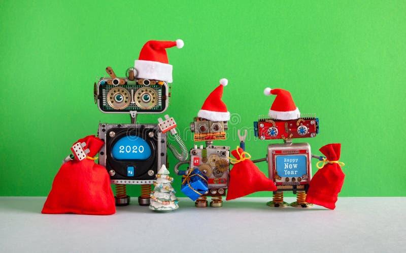 Cartolina d'auguri robot felice di 2020 Buon Natale del nuovo anno Tre robot divertenti di Santa Claus con le borse rosse dei reg fotografie stock libere da diritti