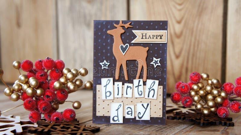 Cartolina d'auguri su fondo di legno con il fiocco di neve di legno fotografie stock libere da diritti