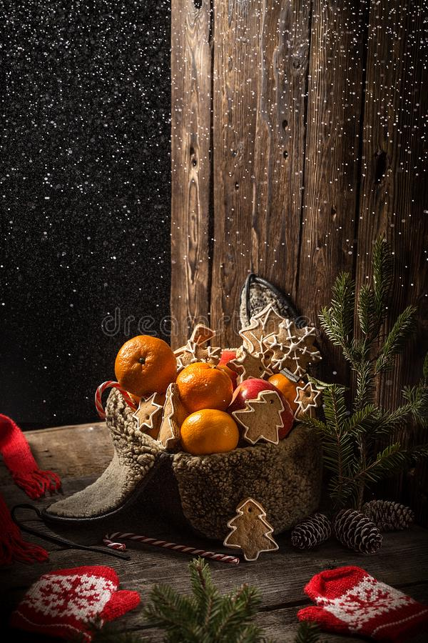 Cartolina di Natale con frutta mele, arance, mandarini, banane fotografia stock