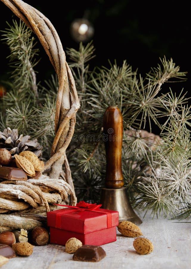 Cartolina di Natale con i rami e la decorazione dell'abete fotografia stock libera da diritti