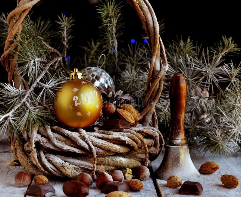 Cartolina di Natale con i rami e la decorazione dell'abete fotografie stock