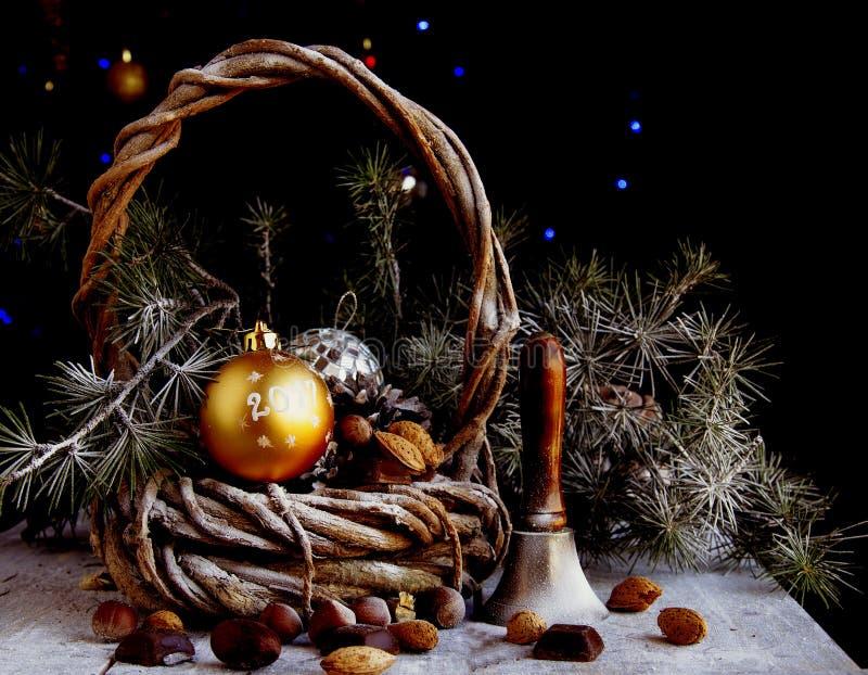 Cartolina di Natale con i rami e la decorazione dell'abete immagine stock libera da diritti