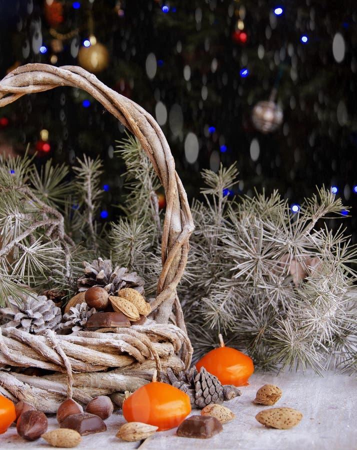 Cartolina di Natale con i rami e la decorazione dell'abete immagini stock