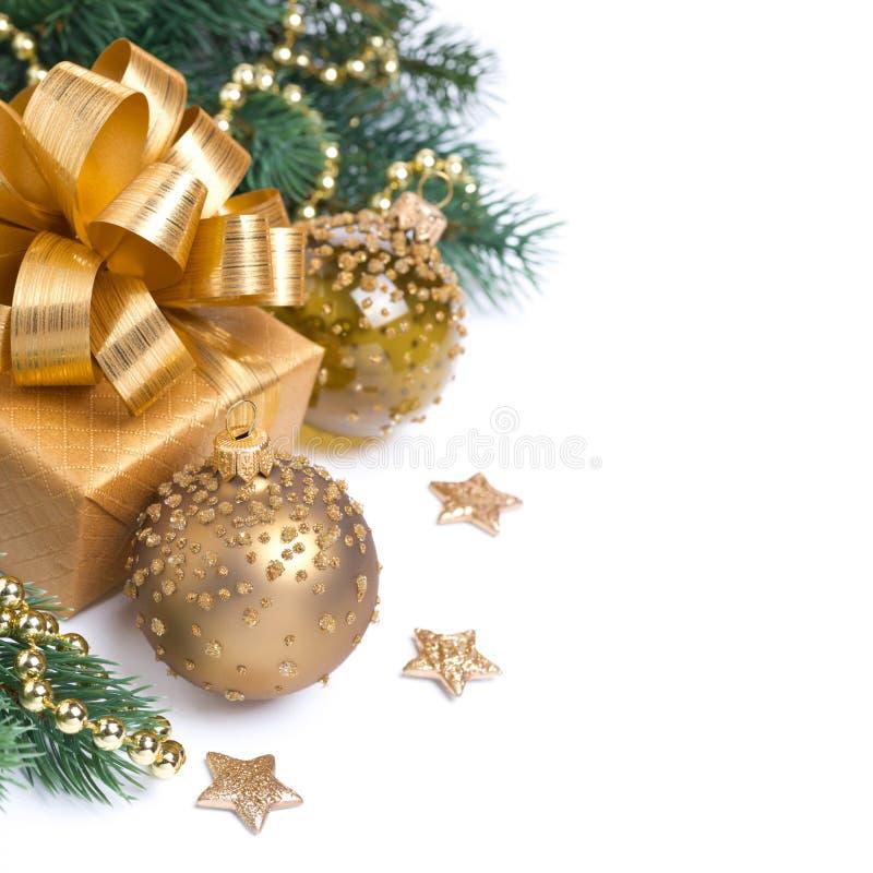 Cartolina di Natale con il contenitore e le decorazioni di regalo dorato, isolati fotografie stock