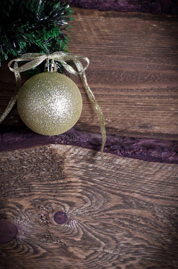 Cartolina di Natale con il giocattolo dorato fotografia stock