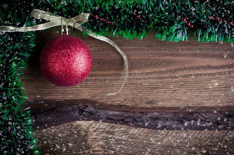 Cartolina di Natale con il giocattolo rosso fotografia stock libera da diritti
