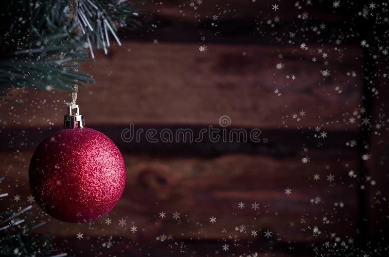 Cartolina di Natale con il giocattolo rosso immagini stock
