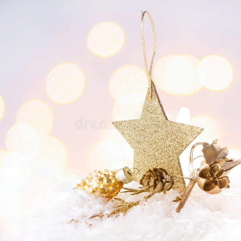 Cartolina di Natale con la stella dorata e decorazioni su Chr Defocused immagini stock libere da diritti