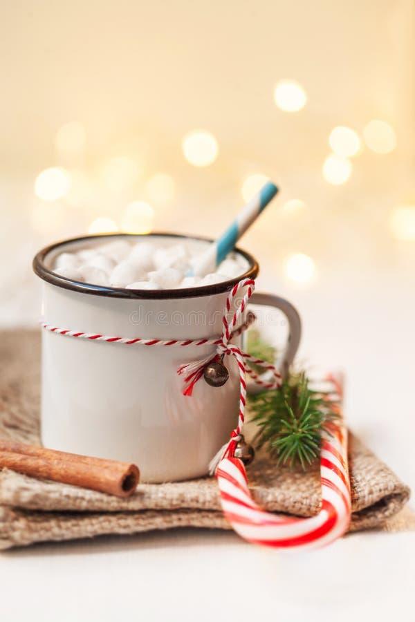 Cartolina di Natale con la tazza d'annata, cacao caldo, caramella gommosa e molle con il xma fotografia stock