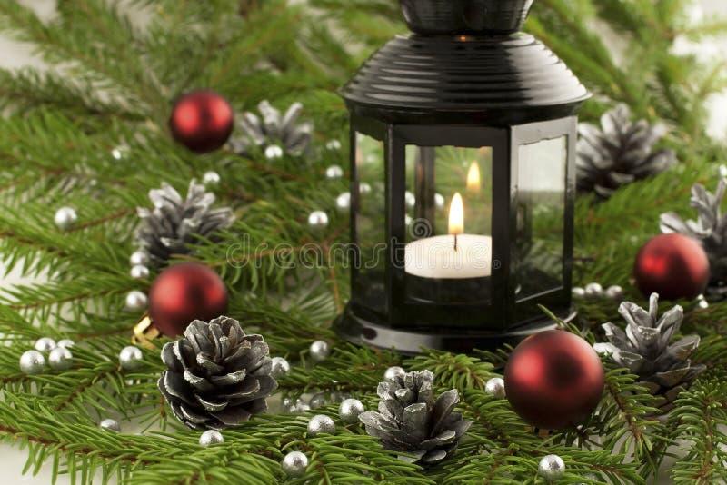 Cartolina di Natale con le palle ed il supporto di candela variopinti luminosi immagine stock libera da diritti