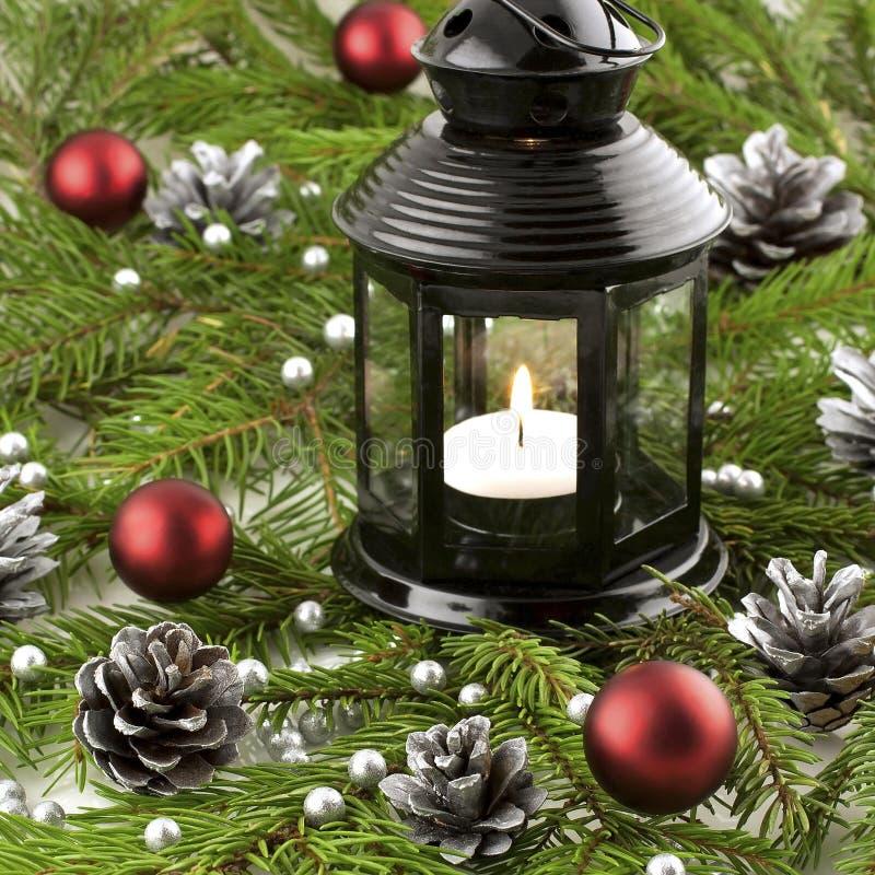 Cartolina di Natale con le palle ed il supporto di candela variopinti luminosi fotografia stock