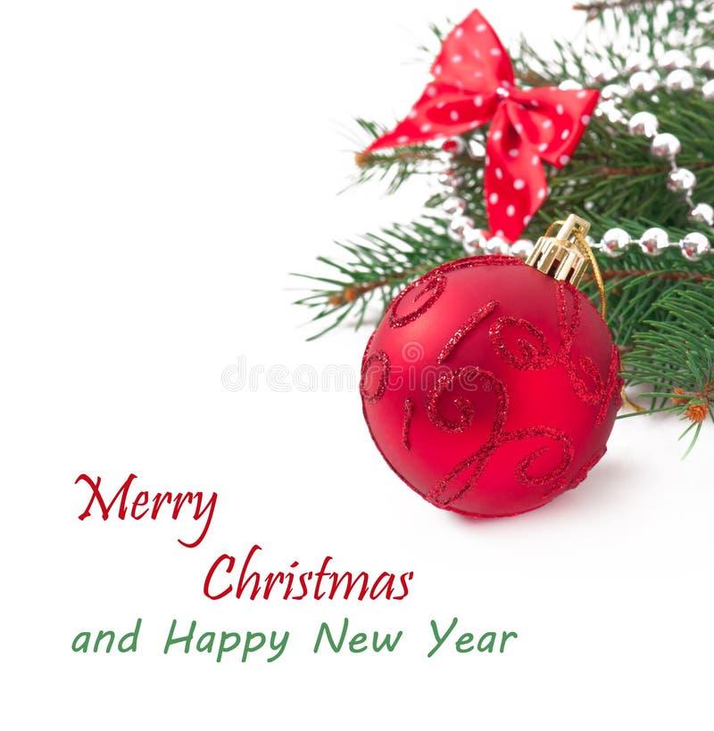 Cartolina di Natale con una palla rossa fotografie stock libere da diritti