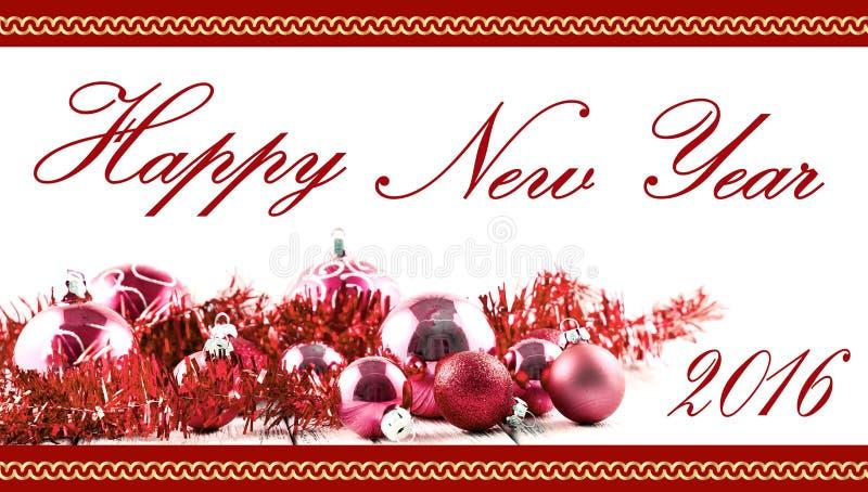 Cartolina di Natale di saluto con le palle e le decorazioni rosse sulla retro tavola bianca d'annata isolata immagini stock