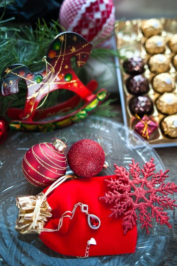 Cartolina di Natale nei toni rossi Tema dei regali per il nuovo anno fotografia stock