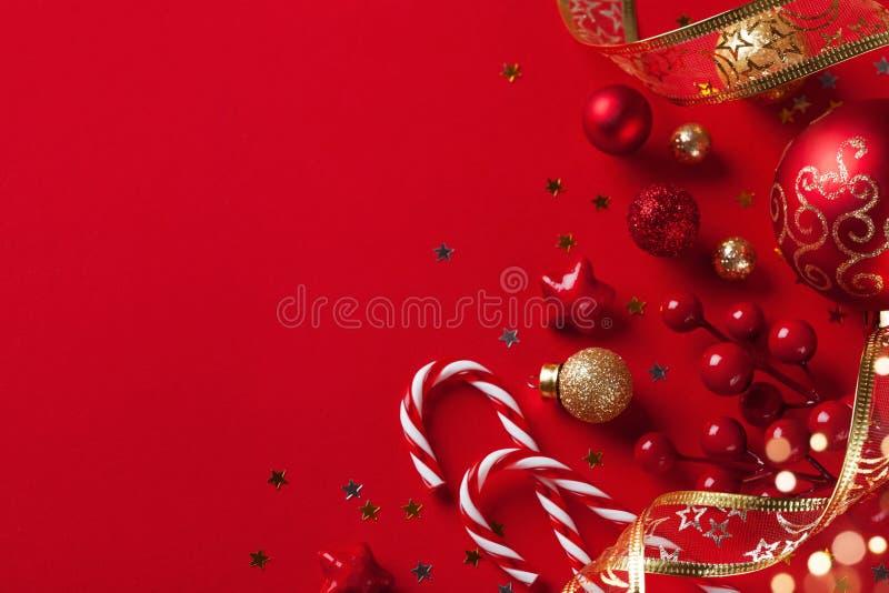 Cartolina di Natale o insegna Decorazioni di Natale su fondo rosso fotografia stock