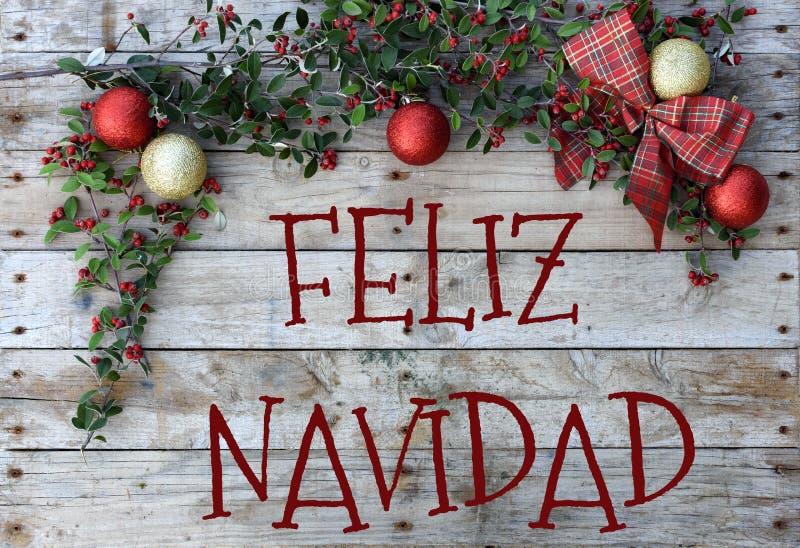 Cartolina di Natale per i saluti Lettere metalliche su fondo di legno naturale Carta da parati rossa, dorata e bianca di natale fotografia stock
